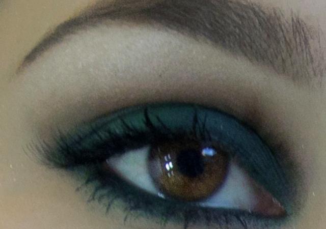 Sombra verde militar para realçar a cor dos olhos castanhos